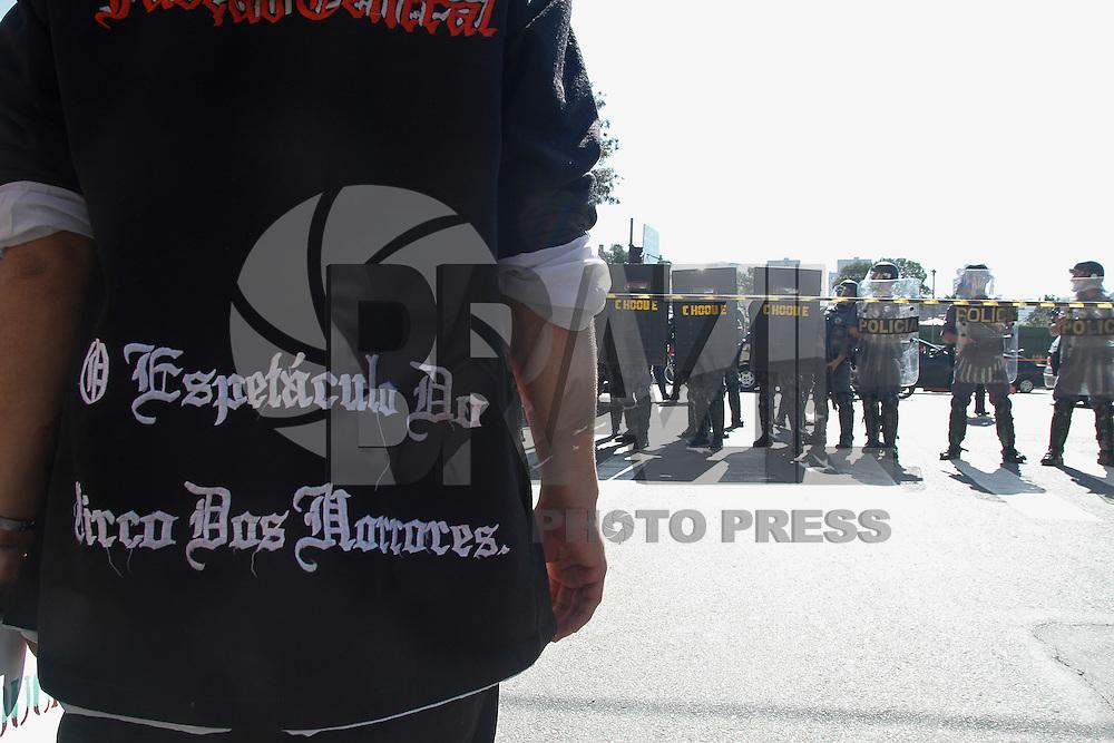 SAO PAULO, SP, 12/06/2014 -  Policiais Militares entra em confronto com manifestantes na Rua Platina região leste proximo ao Sindicato dos Metroviarios em ato realizado aos redores da Estação Carrão contra a Copa do Mundo que terá abertura realizada nesta quinta-feria (12) em  Sao Paulo Foto: Amauri Nehn/Brazil Photo Press).