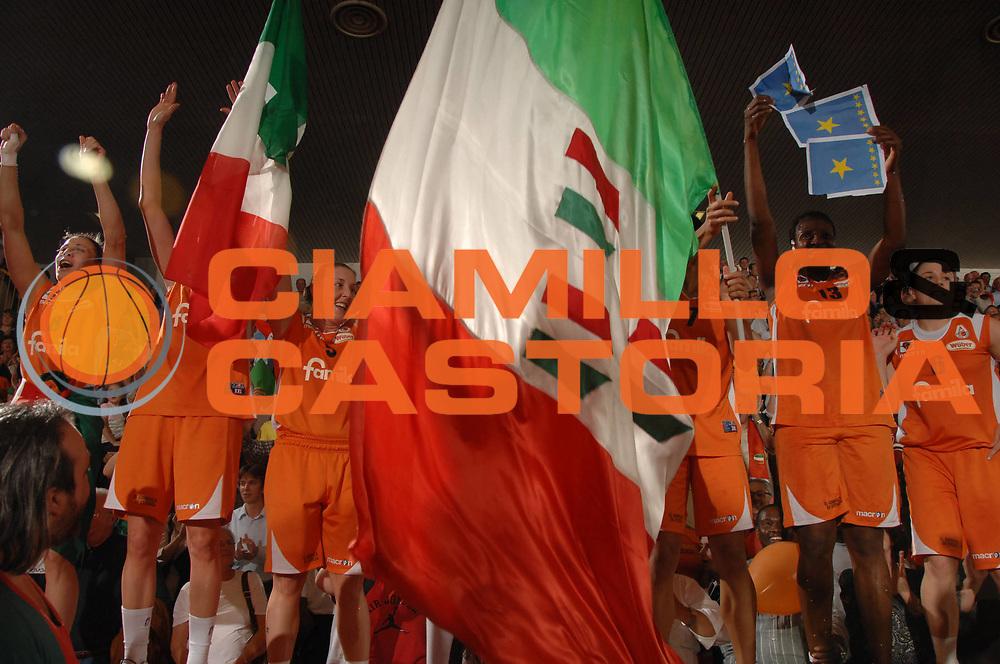 DESCRIZIONE : Napoli Lega A1 Femminile 2007-08 Play Off Finale Gara 3 Famila Wuber Schio Phard Napoli<br /> GIOCATORE : Team Famila<br /> SQUADRA : Famila Wuber Schio<br /> EVENTO : Campionato Lega A1 Femminile 2007-2008<br /> GARA : Famila Wuber Schio Phard Napoli<br /> DATA : 03/05/2008<br /> CATEGORIA : Esultanza<br /> SPORT : Pallacanestro<br /> AUTORE : Agenzia Ciamillo-Castoria/M.Gregolin