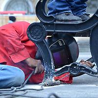 Toluca, México (Septiembre 12, 2016).- Trabajadores del ayuntamiento de Toluca refuerzan el las bancas de la plaza Ángel María Garibay, algunas se encontraban sueltas debido al uso de visitantes a esta plaza.  Agencia MVT / José Hernández.