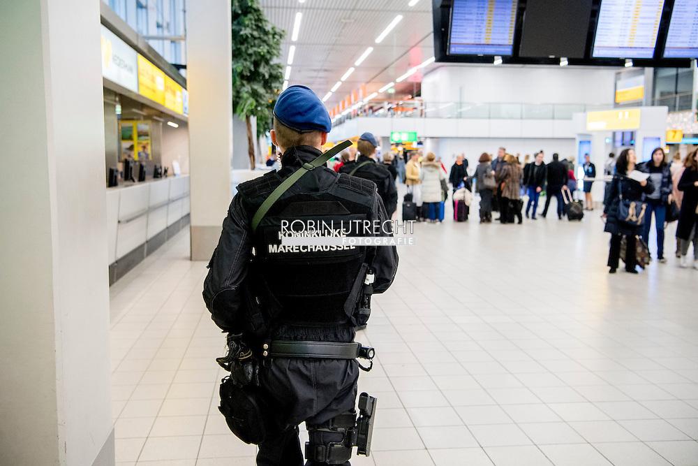eigen SCHIPHOL - Jihadist kan simpel Nederland binnenkomen<br /> Terugkerende jihadisten kunnen ongemerkt Nederland binnenglippen, omdat de Koninklijke Marechaussee zwaar onderbezet is. Er zijn 500 extra marechaussees nodig om de bewaking, onder meer op Schiphol, op peil te krijgen. De Koninklijke Marechaussee op Schiphol Airport. De Marechaussee is belast met de beveiliging en handhaving op de internationale luchthaven. Leden van de Marechaussee houden veiligheidscontroles rond de luchthaven Schiphol. De maatregel is ingevoerd nadat vrijdag een signaal van dreiging was binnengekomen. Millitairen en marechausee bij extra controles op luchthaven Schiphol. Rond de luchthaven gelden sinds enige tijd verscherpte veiligheidsmaatregelen en wordt intensief gecontroleerd door de marechaussee. Een speciale explosievenhond is erbij gehaald en medewerkers van de Koninklijke Marechaussee Een hondengeleider van de Koninklijke Marechaussee controleert ROBIN UTRECHT