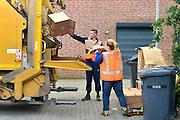 Nederland, Beek-Ubbergen, 1-9-2015 Inzameling oud papier met vrijwilligers uit het verenigingsleven. FOTO: FLIP FRANSSEN/ HH