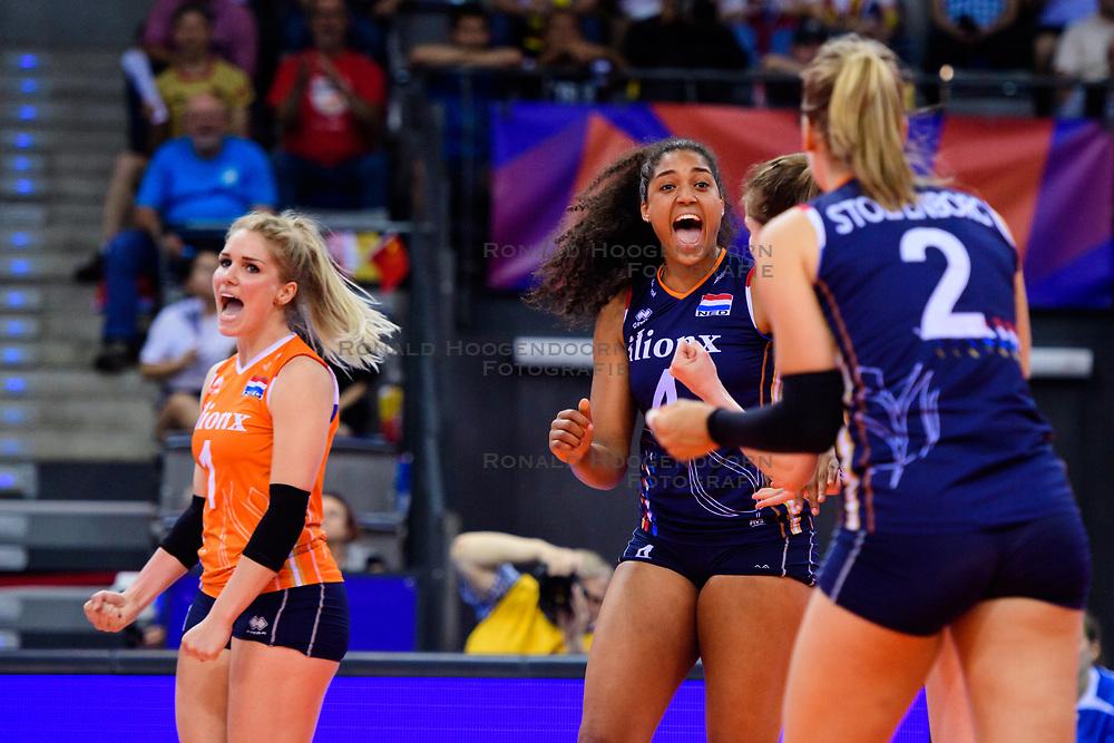 12.06.2018, Porsche Arena, Stuttgart<br /> Volleyball, Volleyball Nations League, Türkei / Tuerkei vs. Niederlande<br /> <br /> Jubel Kirsten Knip (#1 NED), Celeste Plak (#4 NED), Femke Stoltenborg (#2 NED)<br /> <br /> Foto: Conny Kurth / www.kurth-media.de
