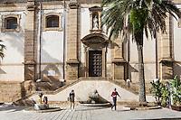 SCIACCA (AG), ITALIA - 22 APRILE 2015: Due turisti camminano lungo Corso Vittorio Emanuele presso il Duomo di Sciacca il 22 aprile 2015.