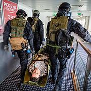 IJmuiden, 10 april 2018<br /> Port Defender 2018<br /> Terrorismebestrijdingsoefening in volle gang. Ontzetting gegijzeld passagiersschip door special forces van het korps mariniers. Trainen van samenwerking met onder andere de politie en de kustwacht.<br /> Foto Martijn Beekman / ministerie van Defensie