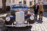 Europe, Germany, North Rhine-Westphalia, Warendorf, Mercedes-Benz 220 W 187 Cabriolet on the market place.<br /> <br /> Europa, Deutschland, Nordrhein-Westfalen, Warendorf, Mercedes-Benz 220 Baureihe W 187 Cabriolet auf dem Marktplatz.