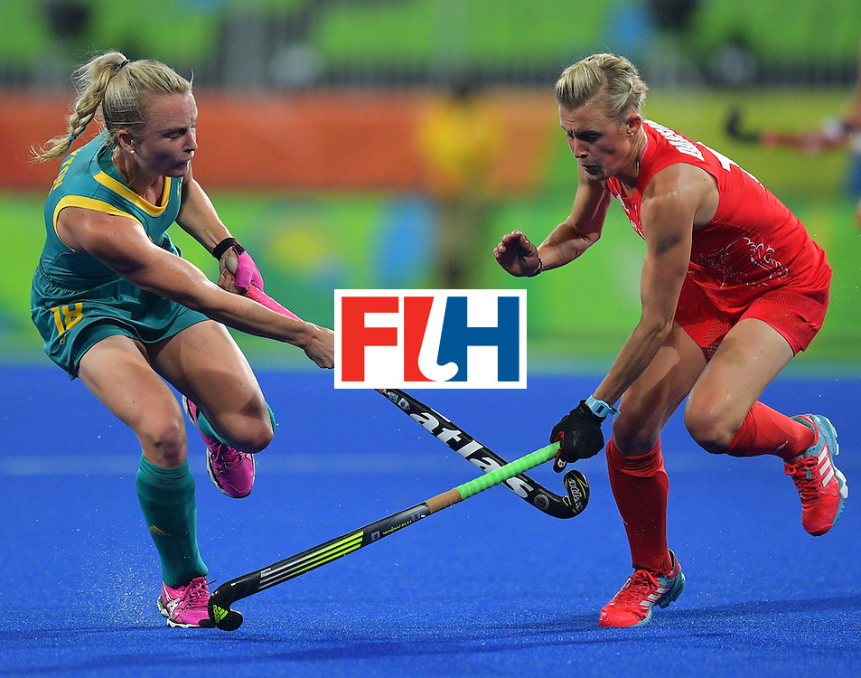Australia's Jane-Anne Claxton  (L) clashes with Britain's Alex Danson during the women's field hockey Britain vs Australia match of the Rio 2016 Olympics Games at the Olympic Hockey Centre in Rio de Janeiro on August, 6 2016. / AFP / Carl DE SOUZA        (Photo credit should read CARL DE SOUZA/AFP/Getty Images)