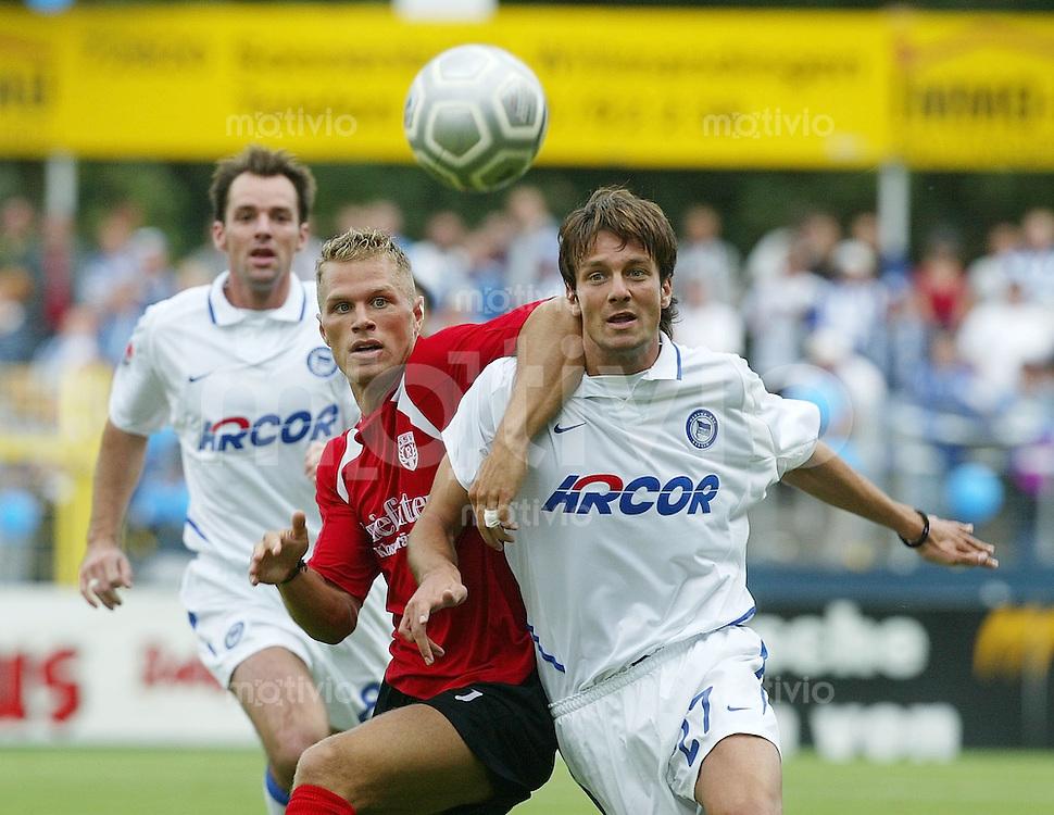 FUSSBALL DFB Pokal 1. Runde 1. Bundesliga/Oberliga 03/04 SSV Reutlingen - Hertha BSC Berlin Denis Mandel (SSV,re) gegen Alexander Mladenov (Hertha)