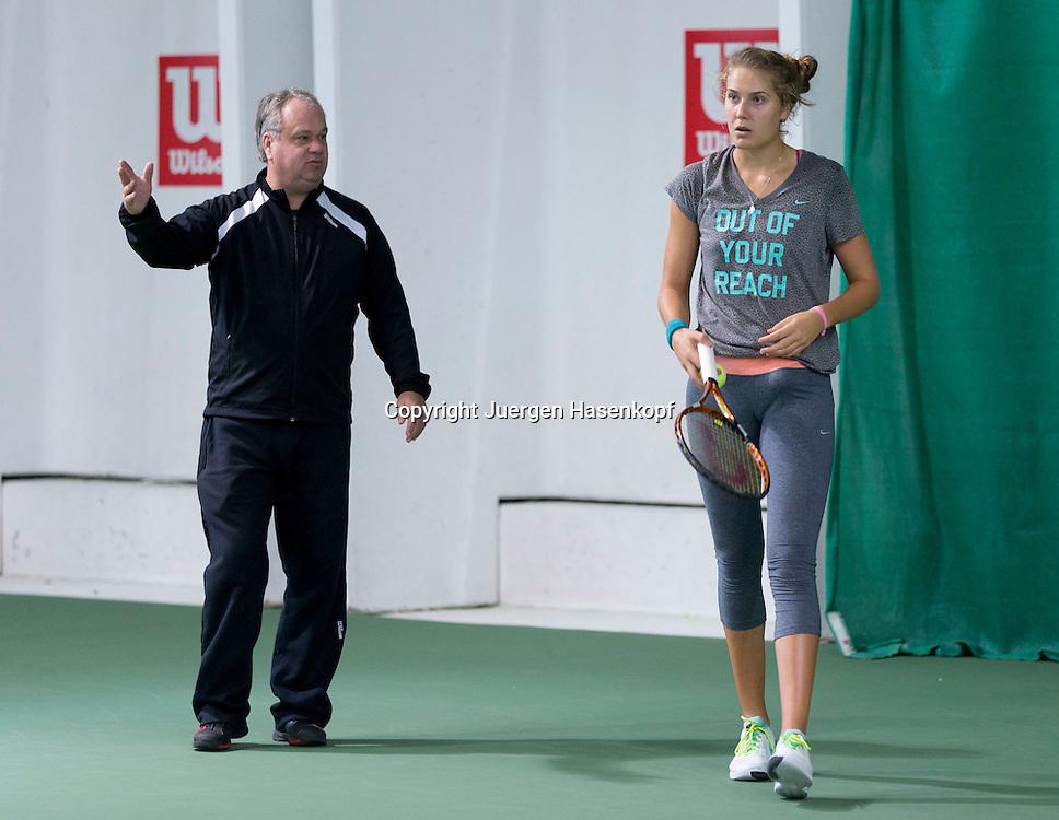 European Tennis Base (ETB) in Hallein ,Naehe Salzburg, Tennis Training fuer Profi Spieler, Trainer Ulf Fischer spricht mit Spielerin Antonia Lottner (GER) beim Training,Gestik,<br /> Ganzkoerper,Querformat,