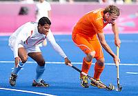 LONDEN - Bob de Voogd in duel met de Indier Gurbaj Singh,maandag in de hockey wedstrijd tussen de mannen van Nederland en India (3-2) tijdens de Olympische Spelen in Londen .ANP KOEN SUYK