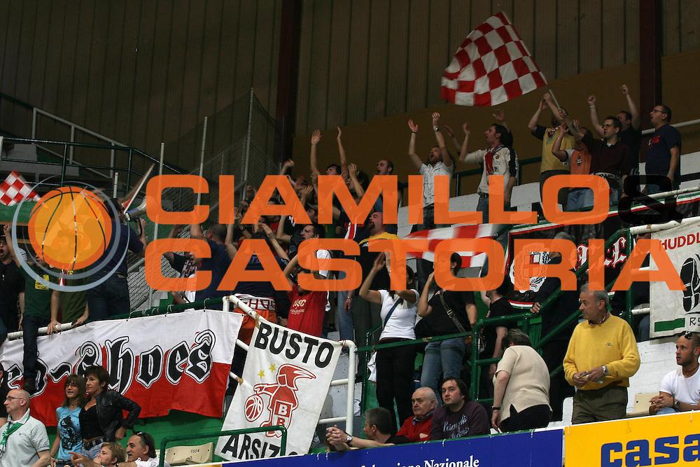DESCRIZIONE : Siena Lega A1 2006-07 Montepaschi Siena Armani Jeans Milano<br /> GIOCATORE : Tifo Tifosi Supporter Fan<br /> SQUADRA : Armani Jeans Milano<br /> EVENTO : Campionato Lega A1 2006-2007 <br /> GARA : Montepaschi Siena Armani Jeans Milano<br /> DATA : 25/04/2007 <br /> CATEGORIA :<br /> SPORT : Pallacanestro <br /> AUTORE : Agenzia Ciamillo-Castoria/G.Ciamillo