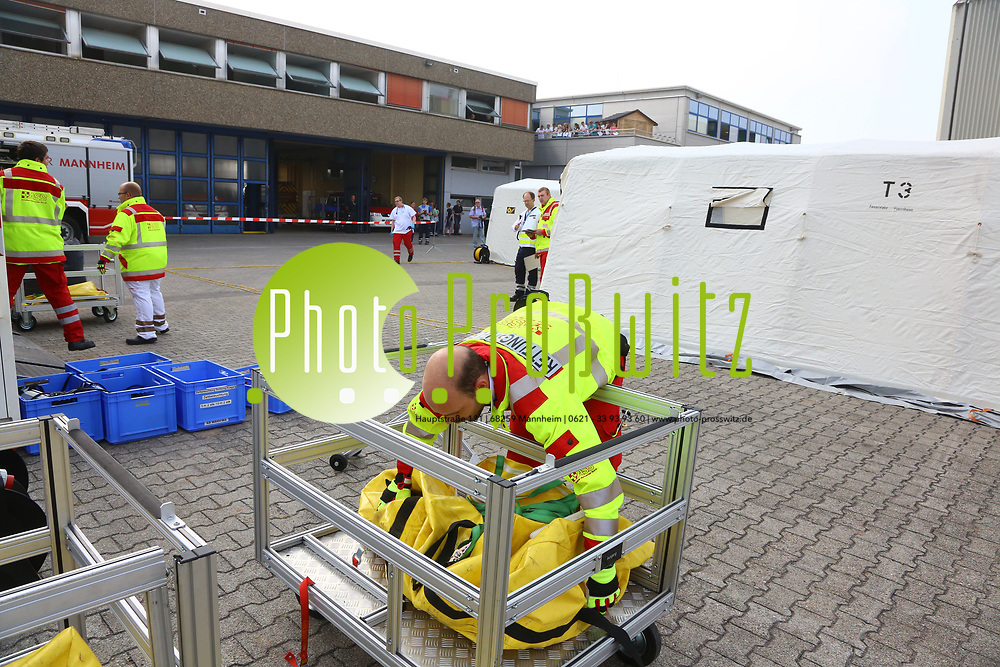 Mannheim. 26.08.17 | &Uuml;bung am AB MANV.<br /> K&auml;fertal. Feuerwache Nord. &Uuml;bung von Feuerwehr und ASB am Abrollbeh&auml;lter Massenanfall von Verletzten (AB-MANV).<br /> Die durch die Firma GIMAEX-Schmitz in Luckenwalde ausgebauten AB-MANV verf&uuml;gen &uuml;ber eine umfangreiche technische und medizinische Beladung, die den Aufbau und den Betrieb eines Behandlungsplatzes f&uuml;r insgesamt bis zu f&uuml;nfzig Patienten erm&ouml;glicht.<br /> Als &Uuml;bungsszenario wird eine explosion in einem Kaufhaus dargestellt.<br /> <br /> <br /> <br /> BILD- ID 2333 |<br /> Bild: Markus Prosswitz 26AUG17 / masterpress (Bild ist honorarpflichtig - No Model Release!)
