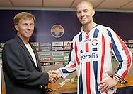 27-05-2008: Voetbal: WillemII- contrackt Danny Schenkel: Tilburg<br /> Trainer Andries Jonker geeft een hand aan de nieuwe aanwinst Danny Schenkel die van Sparta naar Willem II komt