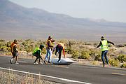 De vangers kunnen de Tetiva niet meer op tijd vangen. In Battle Mountain (Nevada) wordt ieder jaar de World Human Powered Speed Challenge gehouden. Tijdens deze wedstrijd wordt geprobeerd zo hard mogelijk te fietsen op pure menskracht. Ze halen snelheden tot 133 km/h. De deelnemers bestaan zowel uit teams van universiteiten als uit hobbyisten. Met de gestroomlijnde fietsen willen ze laten zien wat mogelijk is met menskracht. De speciale ligfietsen kunnen gezien worden als de Formule 1 van het fietsen. De kennis die wordt opgedaan wordt ook gebruikt om duurzaam vervoer verder te ontwikkelen.<br /> <br /> The catchers can't hold the Tetiva speedbike. In Battle Mountain (Nevada) each year the World Human Powered Speed Challenge is held. During this race they try to ride on pure manpower as hard as possible. Speeds up to 133 km/h are reached. The participants consist of both teams from universities and from hobbyists. With the sleek bikes they want to show what is possible with human power. The special recumbent bicycles can be seen as the Formula 1 of the bicycle. The knowledge gained is also used to develop sustainable transport.