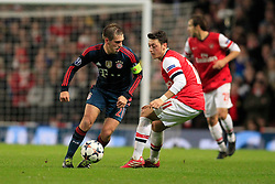 19.02.2014, Emirates Stadion, London, ENG, UEFA CL, FC Arsenal vs FC Bayern Muenchen, Achtelfinale, im Bild Kapitaen, Captain Philipp Lahm (FC Bayern Muenchen #21) im Zweikampf gegen / tackling against Mesut Oezil (Arsenal FC #11), Aktion, Action // during the UEFA Champions League Round of 16 match between FC Arsenal and FC Bayern Munich at the Emirates Stadion in London, Great Britain on 2014/02/19. EXPA Pictures © 2014, PhotoCredit: EXPA/ Eibner-Pressefoto/ Schueler<br /> <br /> *****ATTENTION - OUT of GER*****