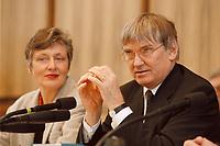 06.01.1999, Deutschland/Bonn:<br /> Otto Schily, SPD, Bundesinnenminister, und im Hintergrund: Marieluise Beck, B90/Gr&uuml;ne, Ausl&auml;nderbeauftragte der Bundesregierung, w&auml;hrend einer Pressekonferenz &quot;Neues Staatsb&uuml;rgerschaftsrecht&quot;, Bundes-Pressekonferenz, Bonn<br /> IMAGE: 19990106-02/01-08