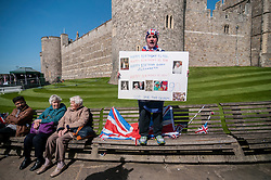 "© Licensed to London News Pictures. 20/04/2016. Windsor, UK. John Loughrey, 61, with a birthday card sings ""Happy Birthday"", and is one of the keen royal fans who will camp out overnight in order to be in prime position in order to see The Queen as she takes part in a walkabout outside Windsor Castle tomorrow her 90th birthday tomorrow.  Photo credit : Stephen Chung/LNP"