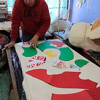 Toluca, México.- Uno de los regalos que se caracteriza en el Día de San Valentín son los muñecos de peluche, de acuerdo a productores estos artículos son laboriosos pero muy socorridos en su venta, y su producción empieza meses antes ya que en este día los compradores buscan de todas formas, tamaños y precios.  Agencia MVT / Crisanta Espinosa