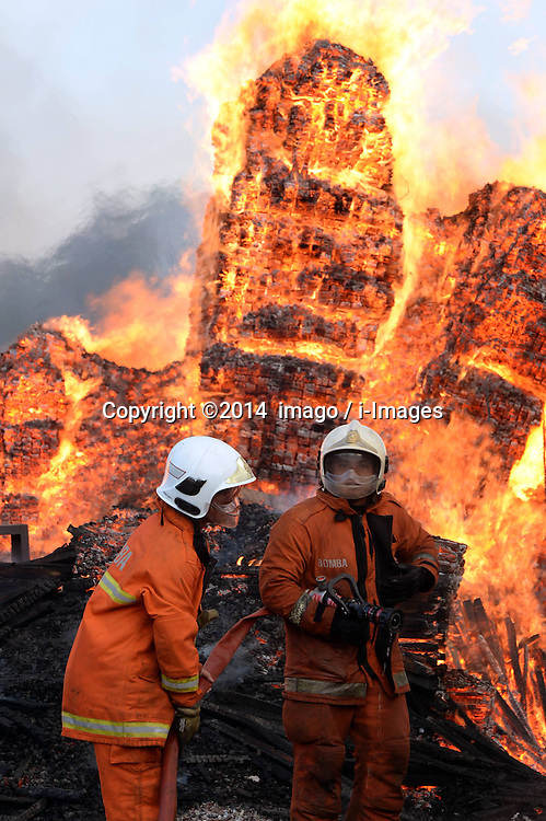 61141059<br /> Fire fighters put out fire at a wood factory in Kota Kinabalu, Malaysia, Feb. 27, 2014. No deaths or injuries were reported currently,  Thursday, 27th February 2014. Picture by  imago / i-Images<br /> UK ONLY