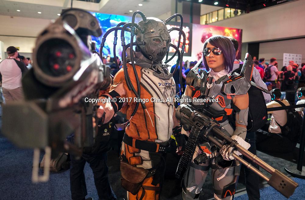 6月13日,动漫人物出现在美国洛杉矶举办的E3电子娱乐展上。当日,一年一度的E3电子娱乐展在洛杉矶会议展览中心正式开幕。新华社发 (赵汉荣摄)<br /> Games characters perform in the Electronic and Entertainment Expo (E3) at the Convention Center in Los Angeles, the United States, on June 13, 2017. (Xinhua/Zhao Hanrong) (Photo by Ringo Chiu)<br /> <br /> Usage Notes: This content is intended for editorial use only. For other uses, additional clearances may be required.