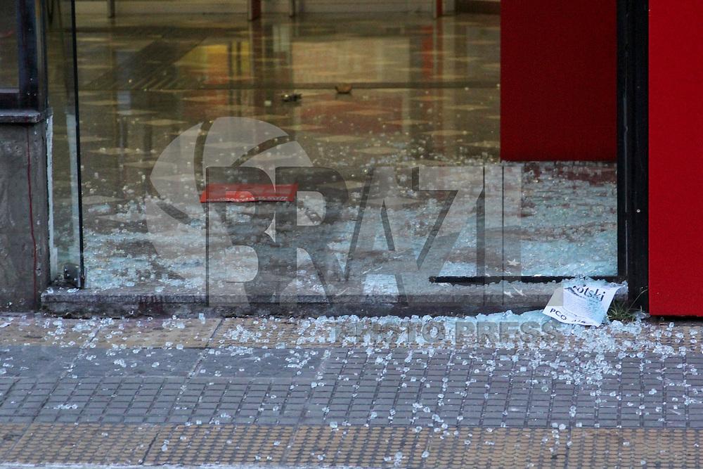 SÃO PAULO, SP. 09.01.2015 - ATO CONTRA O AUMENTO DOS TRANSPORTES - Manifestantes quebraram agencia do banco Santander durante Ato contra o aumento das tarifas na noite desta sexta- feira, (9) na rua da consolação. (Foto: Renato Mendes / Brazil Photo Press)