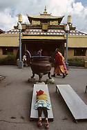 Mongolia. Ulaanbaatar. Gandan Buddhist Monastery, young girl praying  Oulan Bator       / Gandan monastere , jeune fille en priere, prosterné devant le temple  Oulan Bator  Mongolie   / R87/70    L920803a  /  P0007388