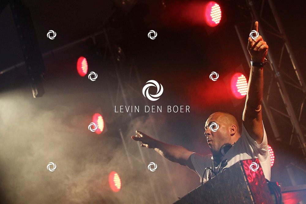 ALEM - DJ Mental Theo alias Theo Nabuurs mocht de avond afsluiten op Alempop. FOTO LEVIN DEN BOER - PERSFOTO.NU