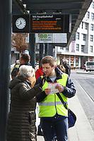Mannheim. 01.03.17 | BILD- ID 089 |<br /> Innenstadt. Plankenumbau. Auswirkungen auf den Stra&szlig;enbahnverkehr. Am Hauptbahnhof informieren rnv Mitarbeiter &uuml;ber die Plan&auml;nderungen und Streckenverbindungen.<br /> - rnv Mitarbeiter Georg Warsitz<br /> Bild: Markus Prosswitz 01MAR17 / masterpress (Bild ist honorarpflichtig - No Model Release!)