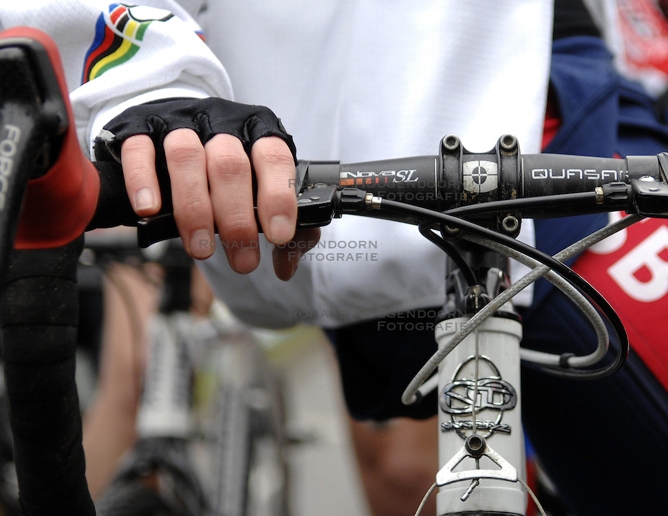 06-01-2007 WIELRENNEN: NK VELDRIJDEN VROUWEN: WOERDEN<br /> Stuur , item wielrennen veldrijden creative handschoenen<br /> &copy;2007-WWW.FOTOHOOGENDOORN.NL