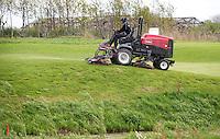 AMSTELVEEN - GOLF - Greenkeeper maait .  Amsterdam Golf Show op de golfbaan van Amsteldijk. FOTO KOEN SUYK