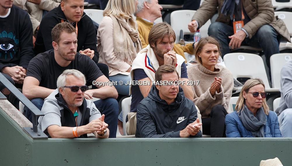 CAROLINE WOZNIACKI Team ganz links Vater Piotr (hinter ihm NBA Spieler David Bell) ,Sascha Bajin und Mutter Anna in der Spielerloge,Skeptische Blicke,<br /> <br /> Tennis - French Open 2017 - Grand Slam / ATP / WTA / ITF -  Roland Garros - Paris -  - France  - 6 June 2017.