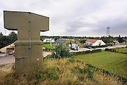 Duitsland, Laarbruch, 8-8-2009Voormalige opslagbunkers voor munitie van de Engelse luchtmacht bij Kevelaer worden verhuurd of verkocht aan particulieren en bedrijven. Het complex hoorde bij de luchtmachtbasis Laarbruch die tot begin 90er jaren operationeel was. Nu is het in handen van een vastgoedbedrijf en getransformeerd tot vakantiepark. Een deel van de ruim 300 bunkers zijn omgebouwd tot vakantiewoning. Ook wonen mensen er permanent en worden er een aantal verhuurd aan Ryanair die er piloten en cabinepersoneel in onderbrengen. Mensen uit Nederland zitten er ook. Gelegen vlak over de grens bij Bergen, Noord- Limburg. Foto: Flip Franssen/Hollandse Hoogte