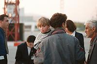 07.04.1999, Mazedonien/Skopje:<br /> Flüchtlinge / Vertriebene aus dem Kosovo steigen auf dem Flughafen Skopje in eine Chartermaschine zum Weiterflug nach Nürmberg, Flughafen Skopje, Mazedonien <br /> Refugees from Kosovo on their way to planes to germany, airport Skopje, Macedonia<br /> IMAGE: 19990407-01/05-17