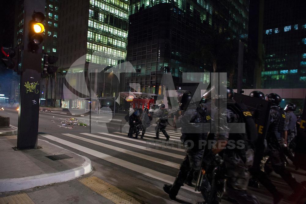 SÃO PAULO, SP, 06 DE JUNHO DE 2012 - PROTESTO AUMENTO DA TARIFA DE ÔNIBUS SP - Centenas de pessoas tomarama a Avenida Paulista em protesto contra o aumento de R$0,20 na tarifa de ônibus da capital, nesta noite de quinta-feira (06), zona sul da cidade. Houve tumulto, manifestantes atearam fogo em sacos lixo bloqueando a avenida, quebra-quebra em estações do Metrô, bancas de jornais e várias lojas fecharam as portas, a Tropa de Choque da PM paulista foi acionada para restabelecer a ordem, a pol´ciai usou balas de borracha e bombas de efeito moral, que gerou enfrentamento entre policiais e manifestantes. FOTO: RICARDO LOU - BRAZIL PHOTO PRESS
