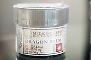 Hudkräm med cannabis till försäljning hos The Agrestic, Corvallis, Oregon, USA