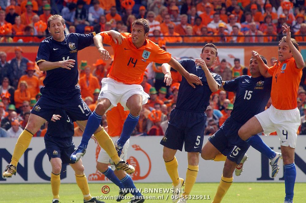 NLD/Rotterdam/20060604 - Vriendschappelijke wedstrijd Nederland - Australie, duel om de bal, vlnr, Scott Chipperfield (14), John Heitinga (14), Jason Culina (5), John Aloisi (15) en Joris Mathijsen (4)
