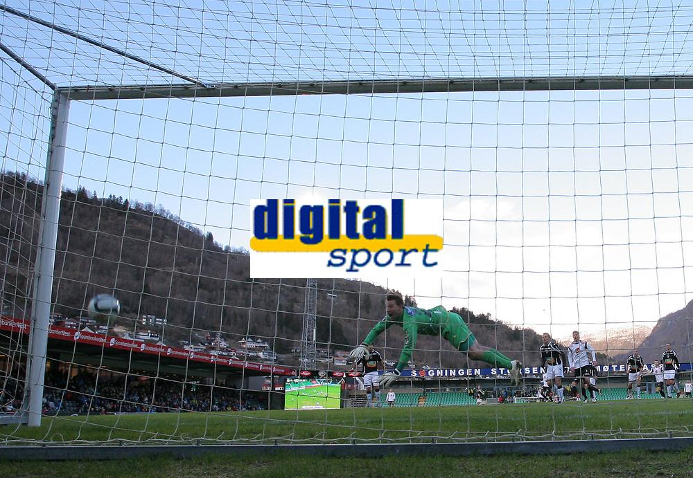 Fotball , 1. april 2012, Tippeligaen Eliteserien , Sogndal - H&oslash;nefoss<br /> (M) Steve Clark, H&oslash;nefoss. <br /> Foto: Christian Blom , Digitalsport