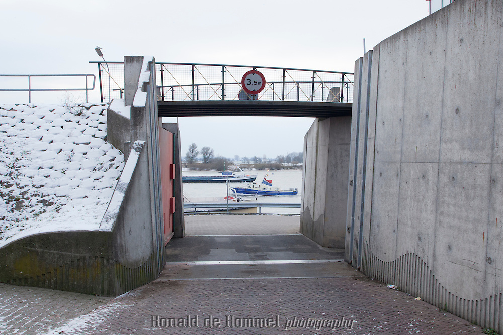 Lobith / Lobith, 01-12-2012. Dijkafsluiting in verband met hoog water.  Foto: Johannes Abeling  ………….  The Netherlands, Tolkamer / Lobith, 2012-12-01. Closure of the dikes to prevent floodings in case of high water levels in the Rhine.  Photo: Johannes Abeling