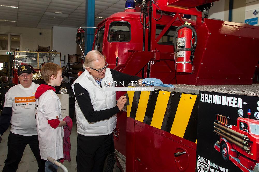 2016/11/03 Borculo Prinses Margriet vrijwilligerswerk NLDoet bij het vuur en stormram museum inn Borculo.<br /> Het museum is een van de drie musea in Nederland om aandacht te besteden aan de geschiedenis van de brandweer in Nederland. Het museum is een initiatief van de vrijwillige brandweer in Borculo.<br /> NL Doet is een National Volunteer dag georganiseerd door het Oranje Fonds. copyright robin utrecht  11-03-2016 Borculo Princess Margriet voluntering for NLDoet at the fire and stormrampmuseum in Borculo.<br /> The museum is one of three museums in the Netherlands to pay attention to the history of the fire department in the Netherlands. The museum is an initiative of the volunteer fire department in Borculo.<br /> NL Doet is a National Volunteer day organized by the Oranje Fonds. COPYRIGHT ROBIN UTRECHT