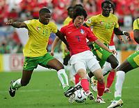 Fotball<br /> VM 2006<br /> Foto: Witters/Digitalsport<br /> NORWAY ONLY<br /> <br /> World Cup 2006 Germany Frankfurt 13/06/2006<br /> Sør Korea v Togo <br /> v.l. Ludovic Assemoassa, Ji Sung Park, Cherif Toure Maman Togo