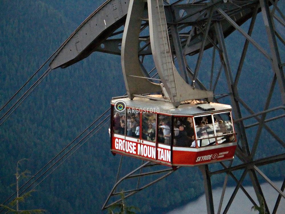 Vancouver, BC, Canada     26/Maio/2005.Topo de Grouse Mountain, com o teleferico com turistas./ Grousie Mountain gondola with tourists..Foto Marcos Issa/Argosfoto