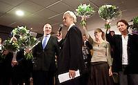 Nederland. Den Haag, 26 februari 2010. Kandidaten Den Haag krijgen van Wilders ieder een bos bloemen, Danielle de Winter ( rechts van Wilders).<br /> Partij voor de Vrijheid, PVV. Campagnebijeenkomst in een zaaltje van Ockenburgh Active in het kader van de gemeenteraadsverkiezingen. Politieke partij, aanhang, Geert Wilders, Politiek, lokale politiek<br /> Foto Martijn Beekman