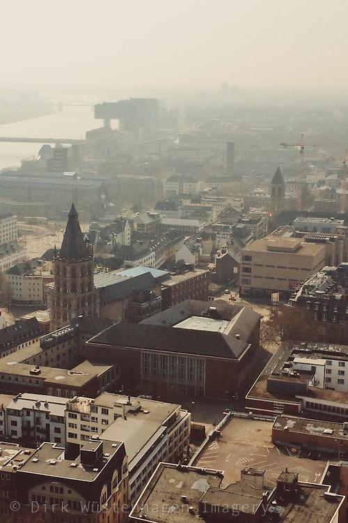 Blick südwärts auf Kölner Rathaus und Rheinauhafen, Köln, Deutschland