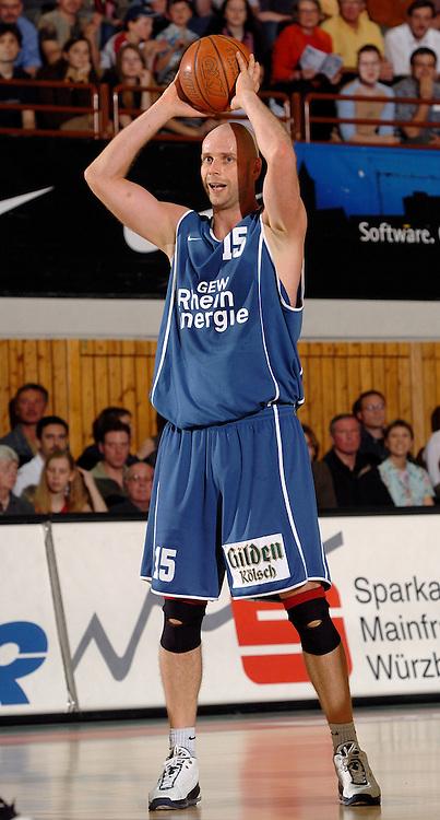 Basketball Herren, BBL 1.Bundesliga 2003/2004, Carl-Diem Halle Wuerzburg (Germany) TSK Wuerzburg - RheinEnergie Koeln (66:76) Geert Hammink (Koeln) beim Pass