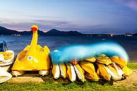 Pedalinhos e caiaques para aluguel na Lagoa da Conceição. Florianópolis, Santa Catarina, Brasil. / Pedal boats and kayaks for rent at Conceicao Lagoon. Florianopolis, Santa Catarina, Brazil.
