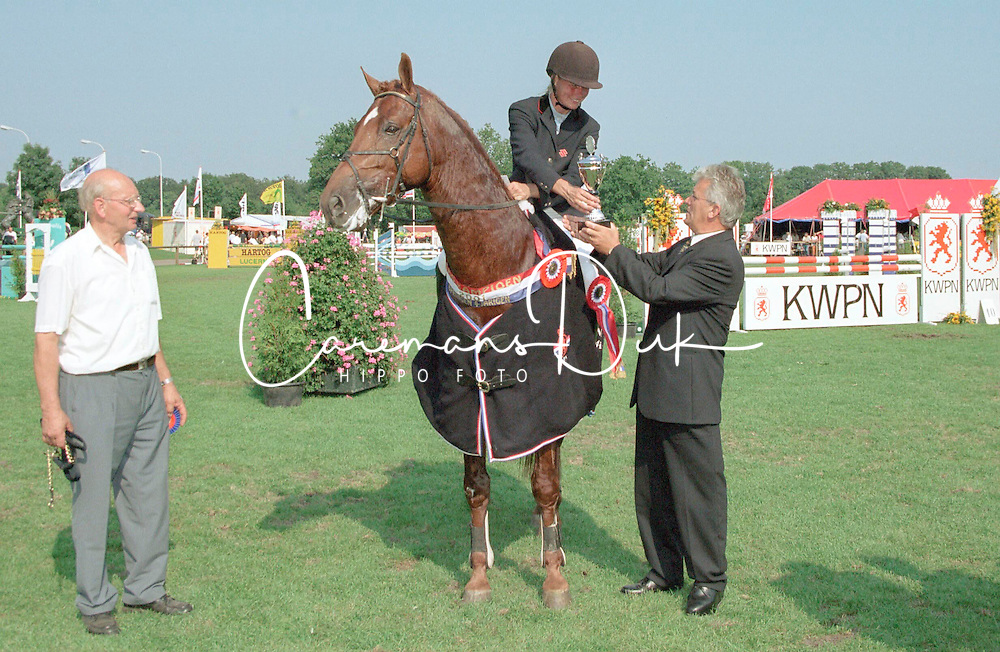 Winnaar 4 jarige paarden Plato met Hester Klompmaker<br />KWPN Paardendagen  Ermelo 2001<br />Photo &copy; Dirk Caremans