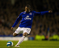 LIVERPOOL, ENGLAND - Thursday, April 17, 2008: Everton's Manuel Fernandes in action against Chelsea during the Premiership match at Goodison Park. (Photo by David Rawcliffe/Propaganda)
