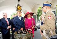 24-6-2014 WARSCHAU - King Willem-Alexander and Queen Maxima Wreath laying at the thomb of the Unknown Soldier  during their 2 days state visit  to Poland . COPYRIGHT ROBIN UTRECHT
