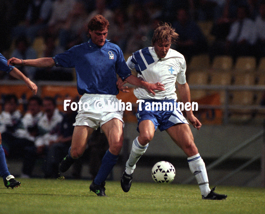 27.05.1994, Parma, Italy..Friendly International match, Italy v Finland..Luigi Apolloni (Italy) v Petri J?rvinen (Finland).©JUHA TAMMINEN