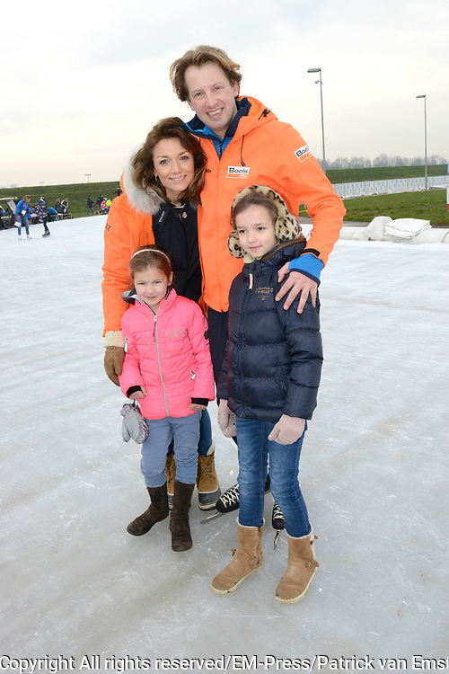 Leden van de koninklijke familie nemen deel aan de tweede editie van De Hollandse 100 op FlevOnice, een sportief evenement van fonds Lymph&Co ter ondersteuning van onderzoek naar lymfeklierkanker. <br /> <br /> Members of the royal family take part in the second edition of the Dutch 100 on FlevOnice, a sporting event Lymph & Co fund to support research into lymphoma.<br /> <br /> Op de foto / On the photo:  Prins Floris en Prinses Aimée met hun dochters Magali en Eliane
