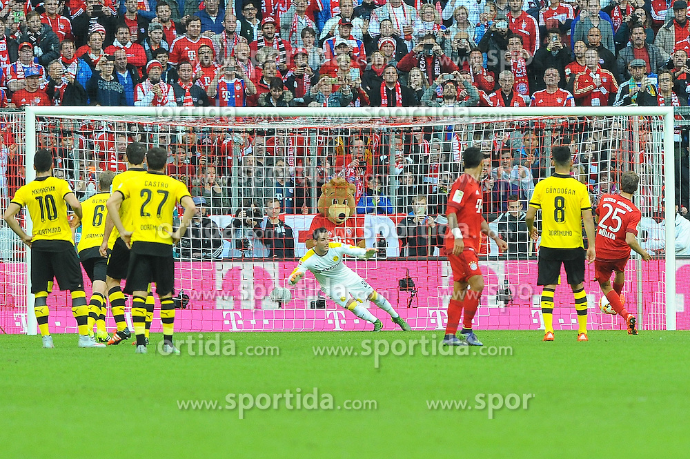 04.10.2015, Allianz Arena, Muenchen, GER, 1. FBL, FC Bayern Muenchen vs Borussia Dortmund, 8. Runde, im Bild Thomas Mueller (FC Bayern Muenchen) erzielt per Elfmeter das 2:0 // during the German Bundesliga 8th round match between FC Bayern Munich and Borussia Dortmund at the Allianz Arena in Muenchen, Germany on 2015/10/04. EXPA Pictures &copy; 2015, PhotoCredit: EXPA/ Eibner-Pressefoto/ Stuetzle<br /> <br /> *****ATTENTION - OUT of GER*****